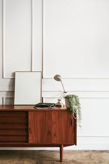 白い壁に木製のキャビネット