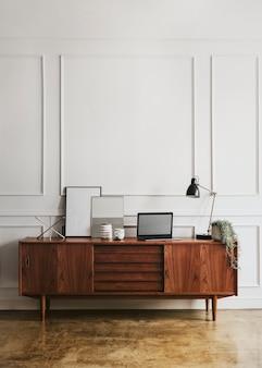 흰 벽에 나무 캐비닛
