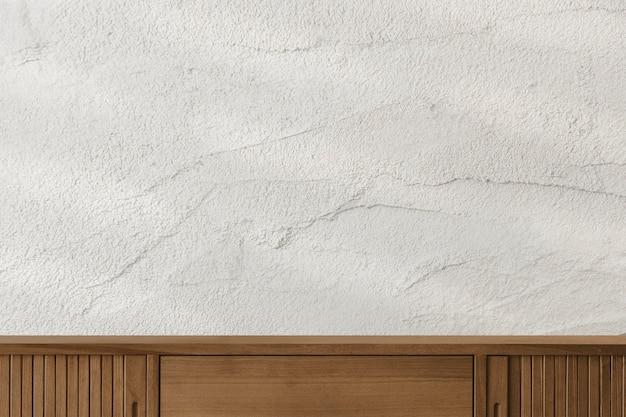 Mobiletto in legno con decoro parete in cemento bianco