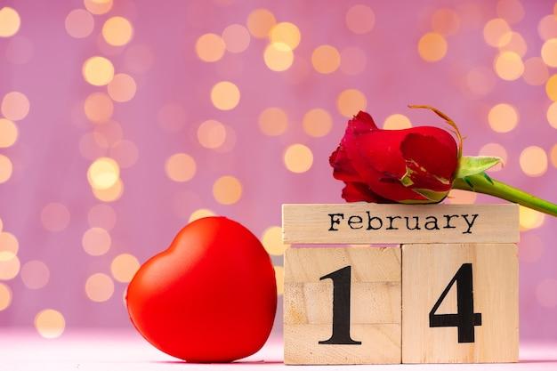ピンクのボケ味の正面図の2月14日木製カレンダー