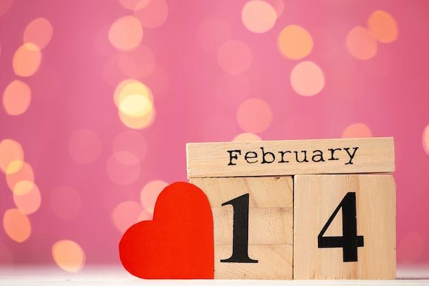 ピンクのボケ味の2月14日木製カレンダー