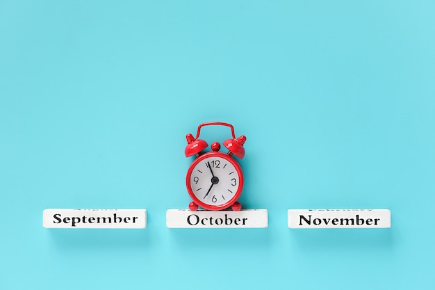 10 월 동안 나무 달력가 개월 및 빨간색 알람 시계