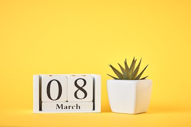日付と植物の木製カレンダーブロック