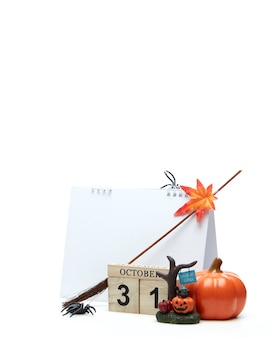 Деревянный календарь 31 октября с украшением хэллоуина на белой поверхности