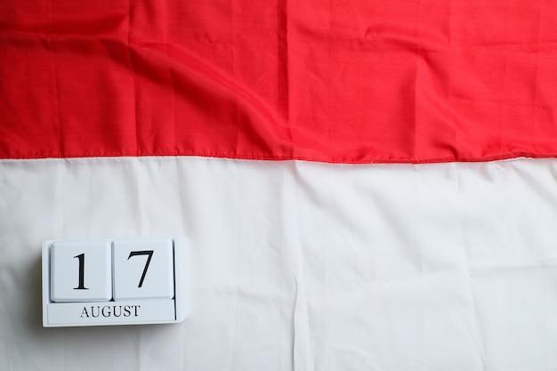 미니어처 인도네시아 국기가 있는 8월 17일의 나무 달력. indonesiaãƒâƒã'âƒãƒâ'ã'â¢ãƒâƒã'â'ãƒâ'ã'â€ãƒâƒã'â'ãƒâ'ã'â™ 독립 기념일, 국가 공휴일 및 행복한 축하 개념