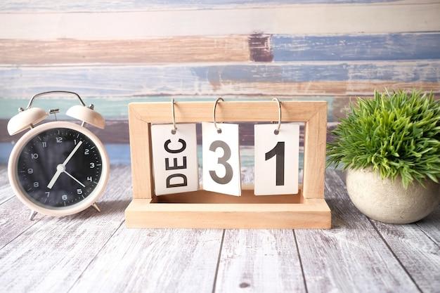 12月に設定された木製のカレンダー