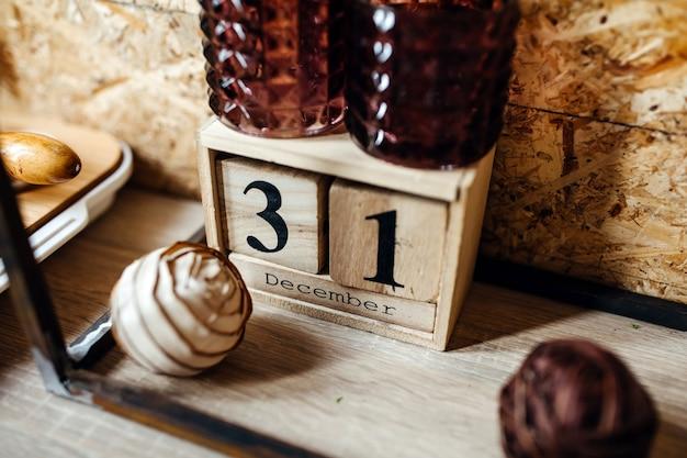 12月31日の日付の木製カレンダー