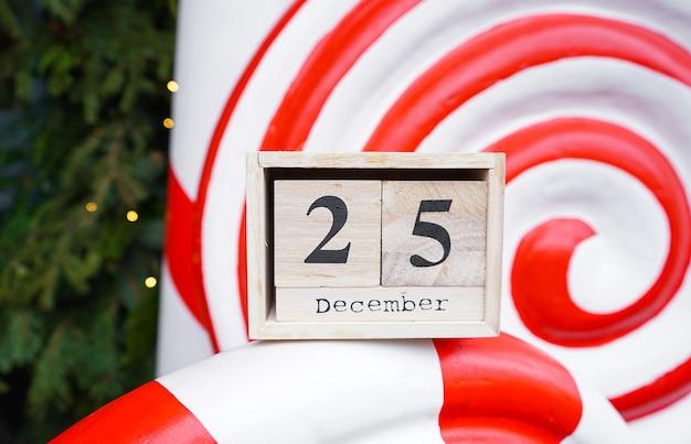 Деревянный календарь с датой рождества. крупный план.