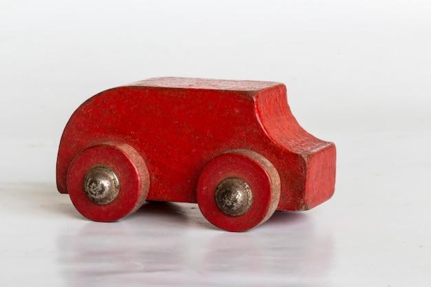 木製の車、木、おもちゃ、工芸品、白い背景の上の木の車で作られた車