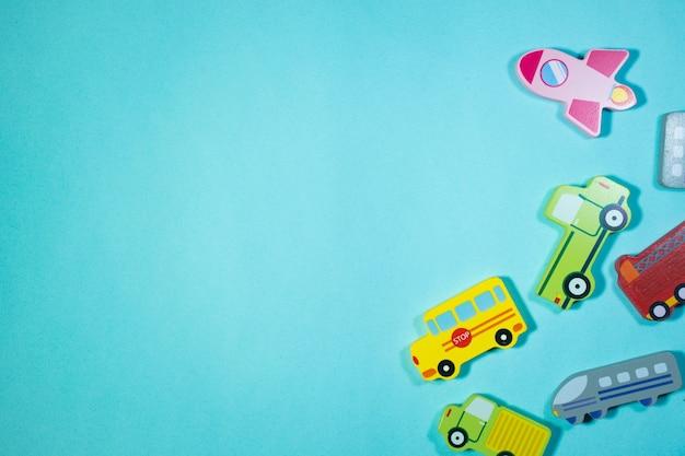 青い背景の木製の車のおもちゃ車のおもちゃの背景