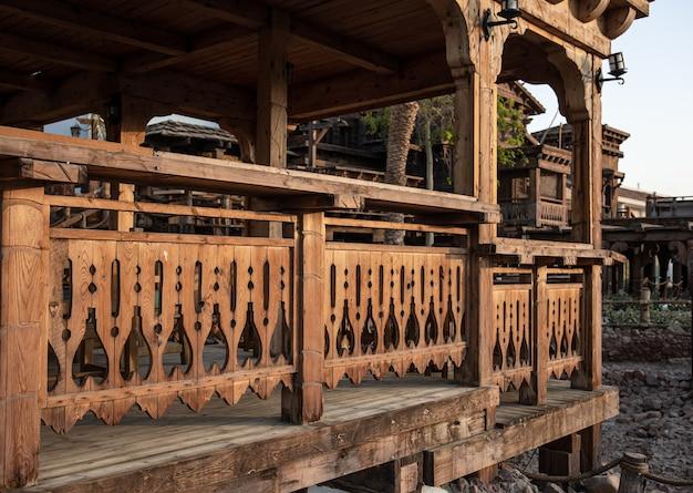Ringhiera in legno intagliato di una grande vecchia casa in legno.