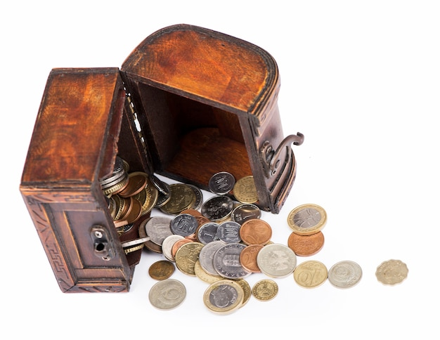 白で隔離タイのコインでいっぱいの木製の棺