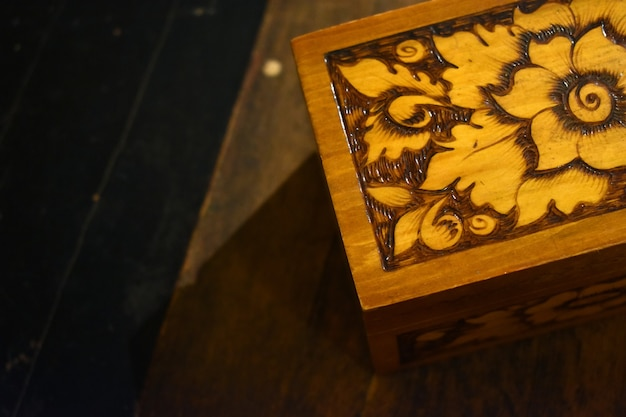 Деревянная шкатулка с резными узорами