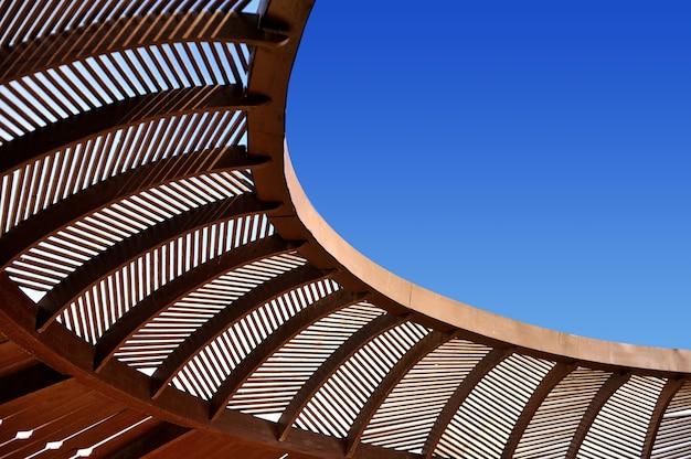 木製の天井の望楼と青い空