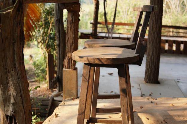 Деревянный стул на балконе, террасе, патио для отдыха