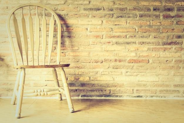 Sedia e tavolo in legno