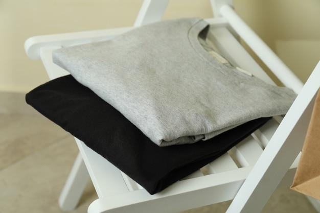 Деревянный стул с черно-серыми свитшотами