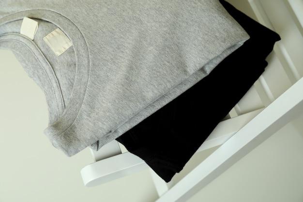 黒とグレーのスウェットシャツと木製の椅子