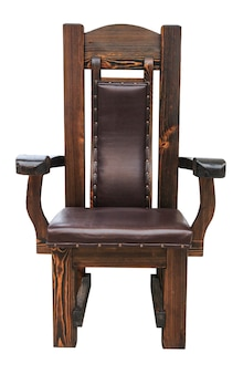 白い表面で隔離される革の座席が付いている木の椅子