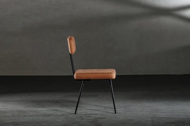 Sedia in legno con gambe in metallo