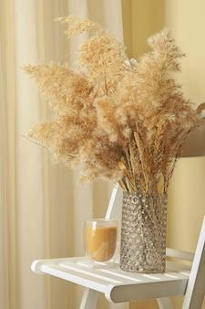 필드 꽃 꽃병과 라떼 잔 나무 의자