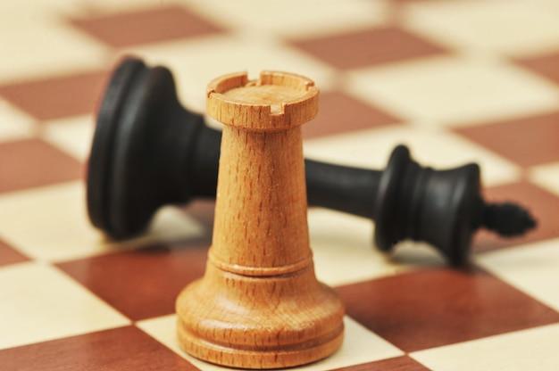 체스 판에 목조 체스 조각