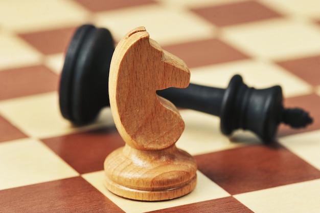 Деревянные шахматные фигуры на шахматной доске