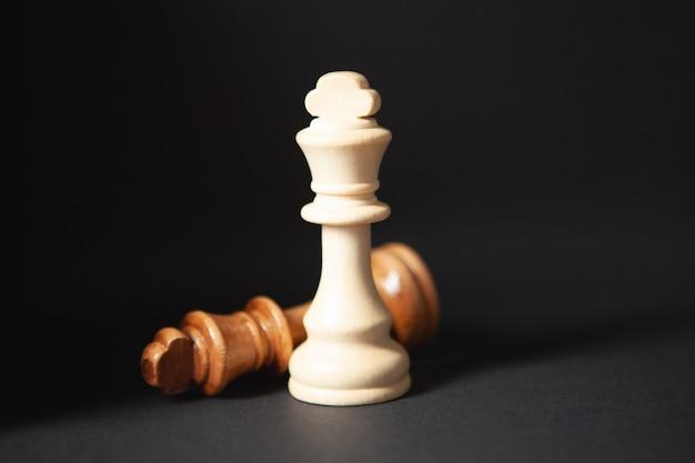 검은 배경에 나무 체스 조각