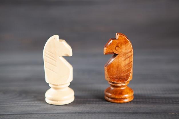 木製の背景に木製のチェスの駒