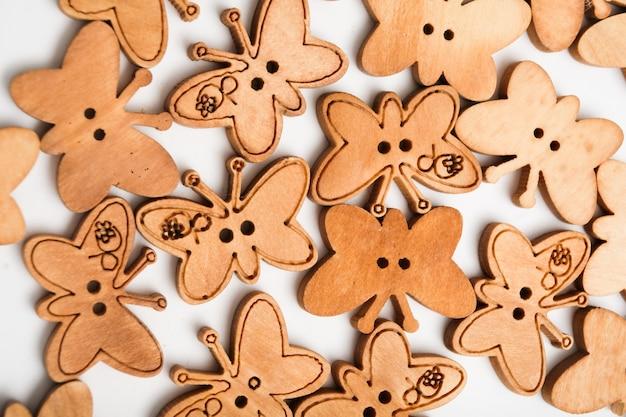 さまざまな形の木製の子供用ボタン。着色