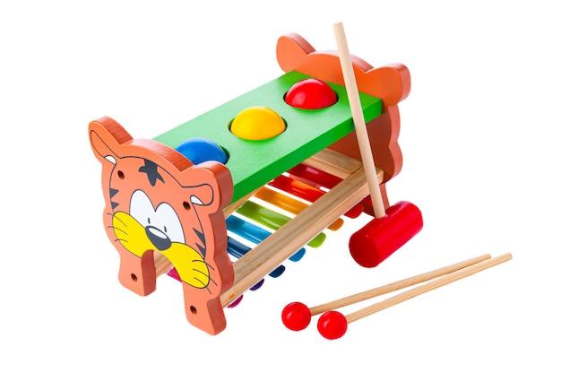 木製の子供のおもちゃのハンドクリック。ノッカーズピアノはハンマーを手渡します。初期のモンテッソーリ教育学習演習楽器。分離します。白色の背景。