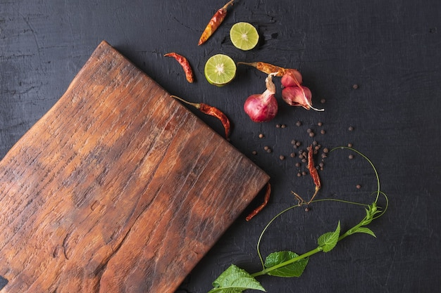 Деревянная разделочная доска и специи