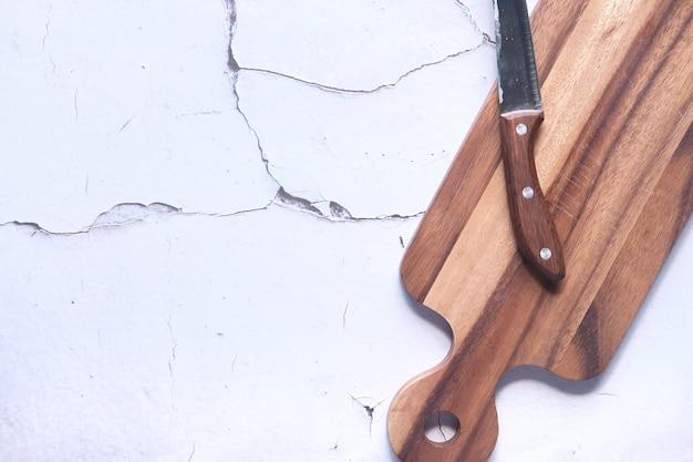 黒い背景にトップダウン木製まな板