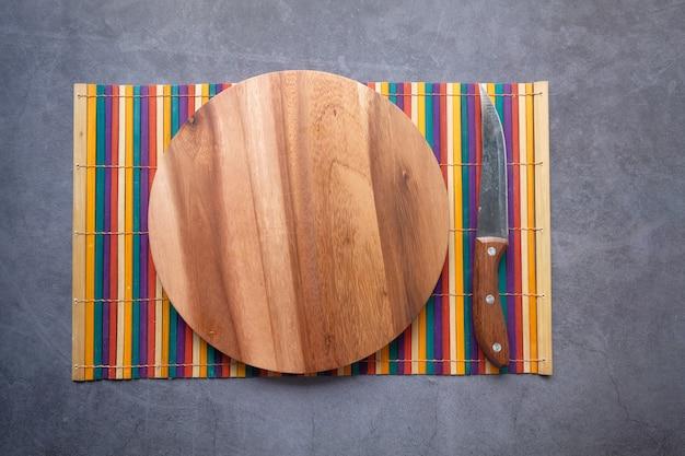 トップダウンの黒いスペースに木製のまな板。