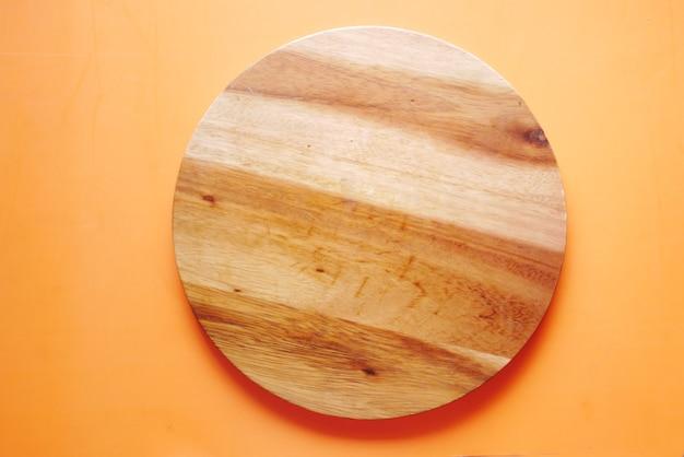 Деревянная разделочная доска на столе сверху вниз