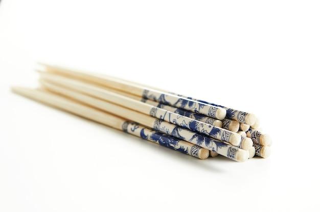 Стек деревянные палочки для еды, изолированные на белом фоне.
