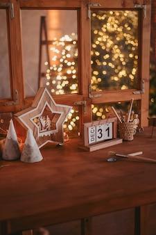 木製のクリスマスのおもちゃのワークショップ。折りたたみカレンダーの12月31日。