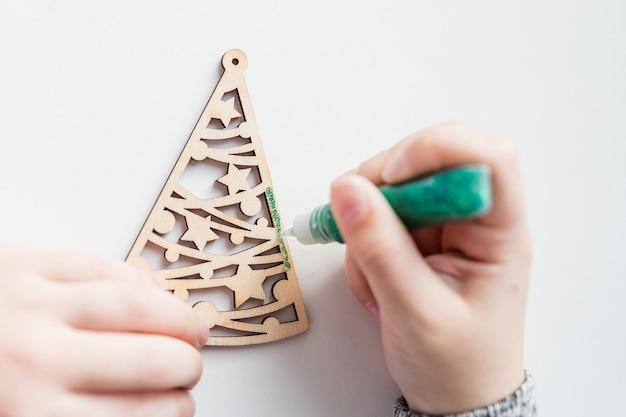 흰색 배경에 색칠, 페인트 및 선물 상자 나무 크리스마스 트리