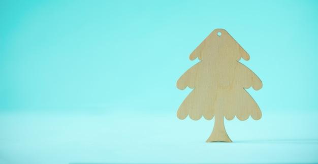 Деревянная елка на синем фоне с копией пространства