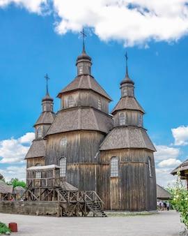 화창한 여름 날에 zaporozhye, 우크라이나의 국립 예비 khortytsia에있는 목조 교회