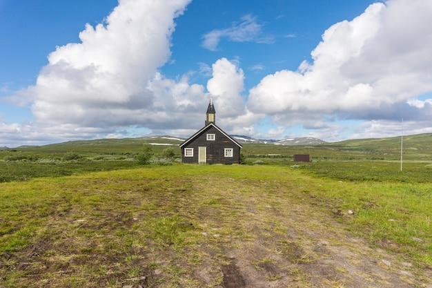 Деревянная церковь на зеленом лугу, финнмарк, норвегия