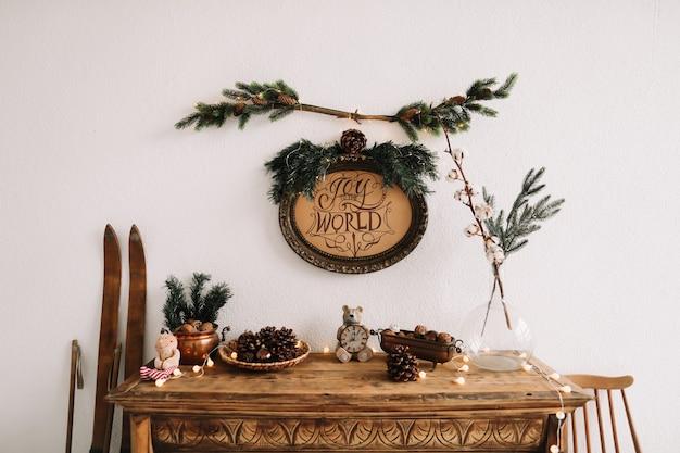 クリスマスと新年のために装飾された木製の古典的な箪笥