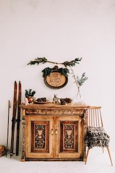 크리스마스와 새해를 위해 장식된 원목 클래식 서랍장