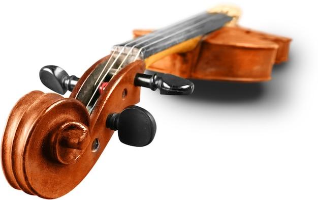 Деревянная классическая скрипка, изолированные на белом фоне