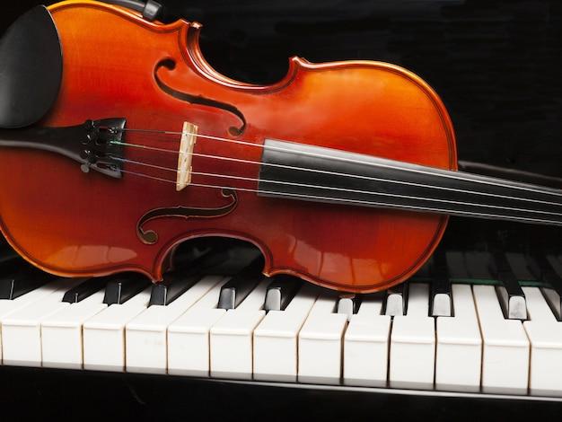 Деревянная классическая скрипка на фоне