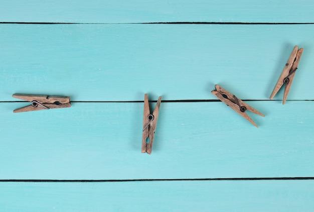 青いテーブル、上面に木製洗濯はさみ