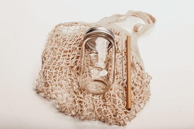 천 가방과 유리병이 있는 나무 칵테일 튜브 제로 폐기물 재활용 지속 가능한 라이프 스타일 공동 ...