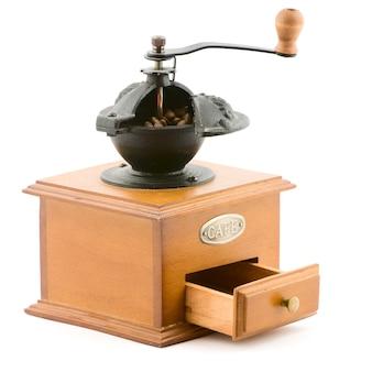 白で隔離される木製のコーヒーグラインダーヴィンテージ