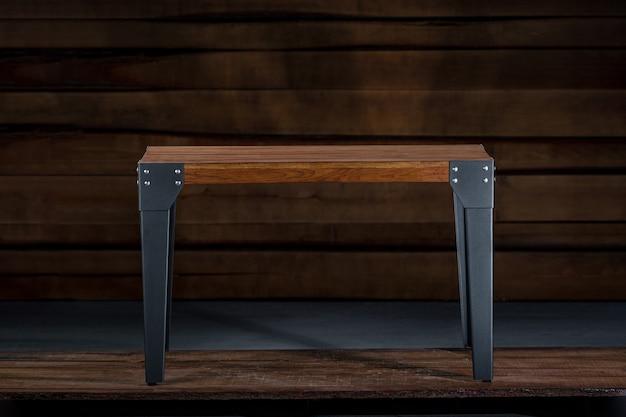 Tavolino in legno con gambe in metallo nella falegnameria