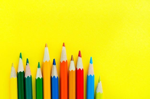 木製の色鉛筆。子供の創造性のための材料。